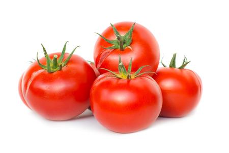 tomates: Grupo de tomates frescos maduros de color rojo aisladas sobre fondo blanco Foto de archivo