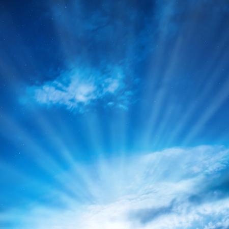cielo con nubes: Luz que brilla en el cielo nocturno azul marino con muchas estrellas. Rayos de Sun a través de las nubes