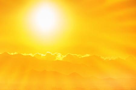 Por do sol alaranjado bonito no céu. Grande, luminoso, sol, sunrays Imagens