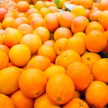 Pile of fresh oranges and mandarins at market Stockfoto