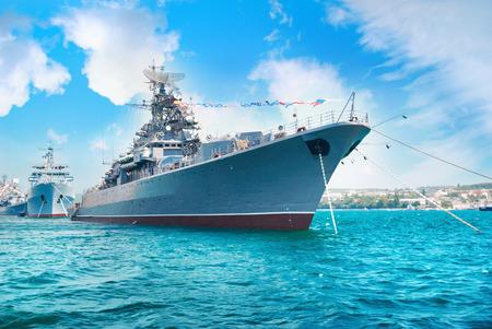 Military navy ship w zatoce. Wojskowy morze krajobraz z błękitne niebo i chmury