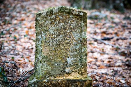 Oude grafsteen op oude Joodse begraafplaats