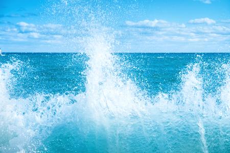 granola: Grandes olas en el mar azul. Surf y espuma