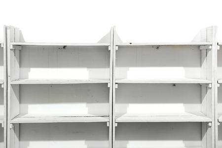 étagères vides en bois blanc sur le mur du magasin