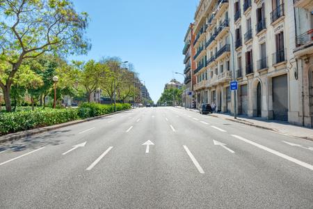 Calle a la calle de la ciudad. Paisaje urbano con el tráfico urbano en Barcelona, ??España