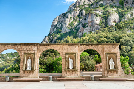 monasteri: Statue in piazza nel monastero di Montserrat a Barcellona, ??Spagna