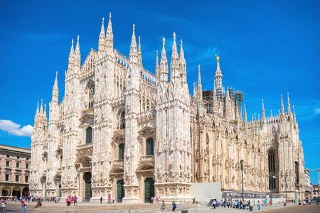 Dzienny widok słynnej katedry w Mediolanie (Duomo di Milano) na placu w Mediolanie, Włochy