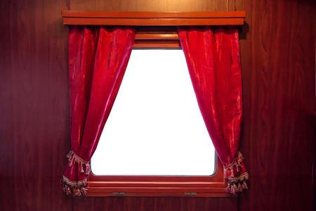 62948053 rode gordijnen op het raam op een witte achtergrond gordijnen uit het oude trein