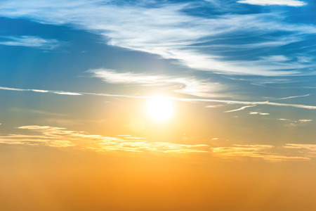 cielo de nubes: Puesta de sol en el cielo con nubes de color naranja azul y el sol grande