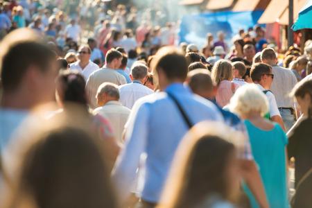 忙しい街の通りを歩く人の群れ。