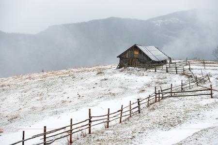casa de campo: Small rural house in the white winter mountains