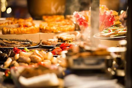 전통적인 아시아 요리의 음식 거리 축제