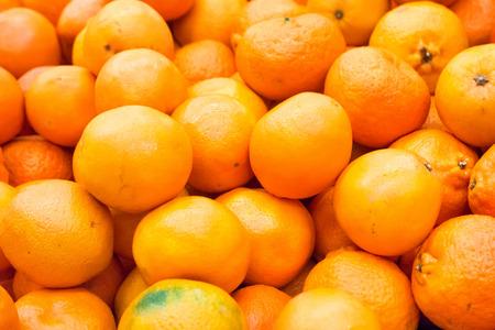 Stapel van verse sinaasappelen en mandarijnen op de markt Stockfoto