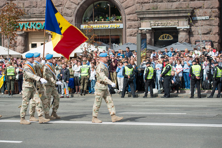 rumania: KIEV, UKRAINE - AUGUST 24, 2017: Military parade in Kyiv, dedicated to the Independence Day of Ukraine, 26th anniversary. Marching NATO military troops of ukrainian ally from Rumania on Khreshchatyk street