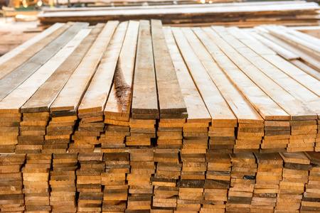 Mucchio di tavole di legno nella fabbrica di legno