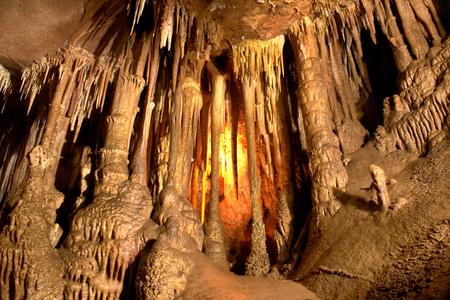 Jaskinia ciemne wnętrze z jasnymi, stalaktytami i stalagmitami