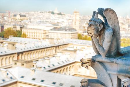 Statue de gargouille sur la cathédrale Notre Dame de Paris en France Banque d'images