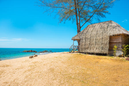 Blick auf Sandstrand, Meer, blauen Himmel und Hütte auf der tropischen Insel