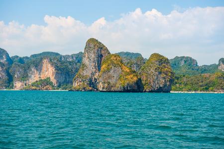 Wunderschöne Meereslandschaft mit türkisfarbenem Wasser und tropischen Felseninseln Standard-Bild