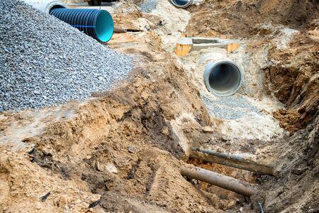 Grande tubo o tubo per fognatura dell'acqua in cantiere durante la riparazione della strada