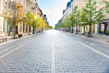 City street with empty road and morning light in Europe, Lithuania, Vilnius Stockfoto