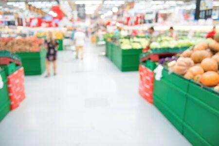 Boutique du marché et intérieur du supermarché dans la section des légumes avec les clients comme arrière-plan flou du magasin