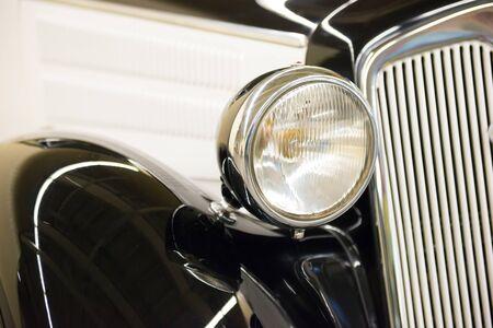 Retro-schwarzer Autoscheinwerfer aus alter Oldtimer-Autoausstellung