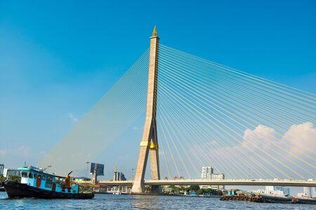 Vue sur la suspension du pont Rama 8 sur la rivière Chaophraya aux beaux jours. Bâtiment emblématique à Bangkok, Thaïlande Banque d'images
