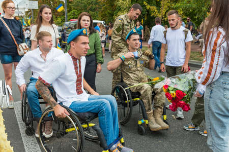 KIEV, UKRAINE - AUGUST 24, 2020: Disabled soldiers in wheelchairs on march of defenders, parade in Kyiv, dedicated to the Independence Day of Ukraine, 29th anniversary. 版權商用圖片 - 155239911