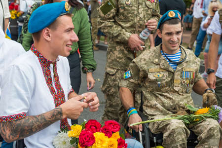 KIEV, UKRAINE - AUGUST 24, 2020: Disabled soldiers in wheelchairs on march of defenders, parade in Kyiv, dedicated to the Independence Day of Ukraine, 29th anniversary. 版權商用圖片 - 155239915