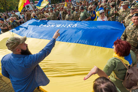 KIEV, UKRAINE - AUGUST 24, 2020: March of defenders, parade in Kyiv with Ukrainian flag, dedicated to the Independence Day of Ukraine, 29th anniversary. 版權商用圖片 - 155239847