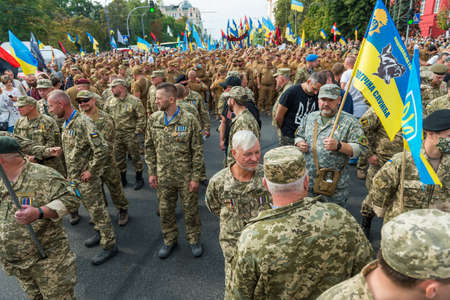 KIEV, UKRAINE - AUGUST 24, 2020: Soldiers and veterans on March of defenders, parade in Kyiv, dedicated to the Independence Day of Ukraine, 29th anniversary. 版權商用圖片 - 155239851