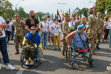 KIEV, UKRAINE - AUGUST 24, 2020: Disabled soldiers in wheelchairs on march of defenders, parade in Kyiv, dedicated to the Independence Day of Ukraine, 29th anniversary. 版權商用圖片 - 155239841
