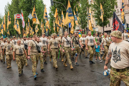 KIEV, UKRAINE - AUGUST 24, 2020: Soldiers and veterans on March of defenders, parade in Kyiv, dedicated to the Independence Day of Ukraine, 29th anniversary. 版權商用圖片 - 155239835