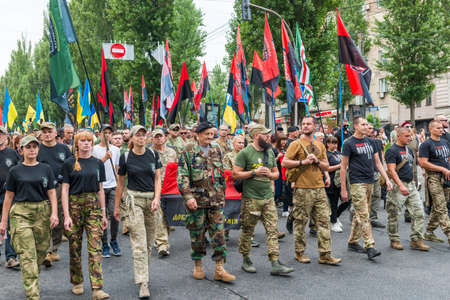 KIEV, UKRAINE - AUGUST 24, 2020: Soldiers and veterans on March of defenders, parade in Kyiv, dedicated to the Independence Day of Ukraine, 29th anniversary. 版權商用圖片 - 155239843