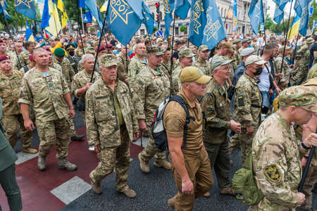 KIEV, UKRAINE - AUGUST 24, 2020: Soldiers and veterans on March of defenders, parade in Kyiv, dedicated to the Independence Day of Ukraine, 29th anniversary. 版權商用圖片 - 155239844