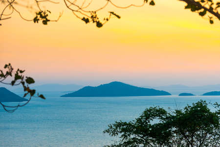Mountain island landscape on sunset sea with colorful sunset sky Banque d'images