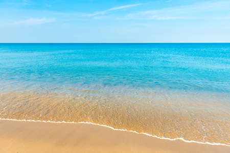 Blue sea water and sand beach with blue sky Banque d'images