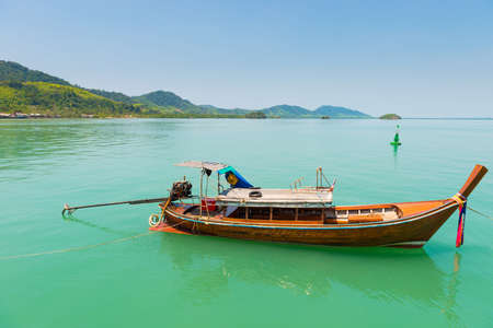 Traditional Thai boat with long tail. Sea boat landscape Banque d'images