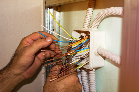 Elektriciens wist de uiteinden van de draden. installatie werkt