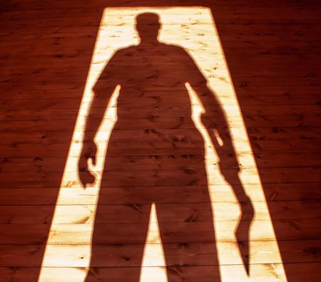 Man hand axe in shadow 版權商用圖片