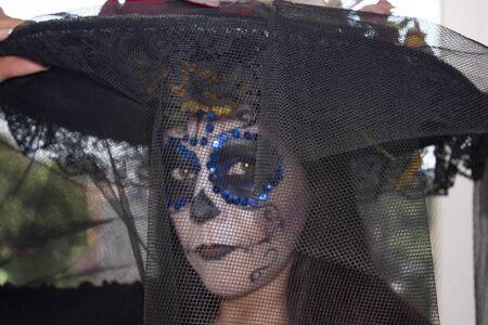 Velo que cubre el rostro sepulcral de la catrina en la fiesta del Día de Muertos en la Ciudad de México