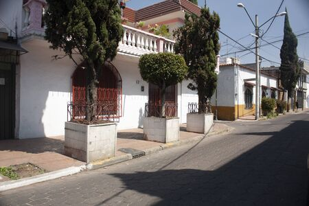 Main cobbled streets of the Mexico City area in the neighborhood of the Assumption in a delegation in south east central and exterior house facades Foto de archivo