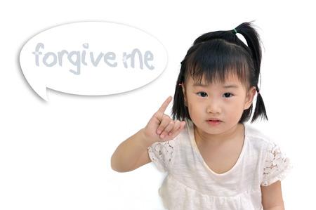 """perdonar: asi�tica ni�o peque�o que soporta su dedo me�ique como signo de reconciliaci�n con """"perd�name"""" palabra en la palabra burbuja"""