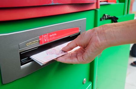 automatic transaction machine: recogiendo Baht tailand�s 100 notas al cajero autom�tico