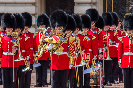 Guard Change Times at Buckingham Palace, Loandon. Time 11:15 Guards,with bands start arring. Time11:30 Official start time. Time 12:00 Guard change ceremony ends Editöryel