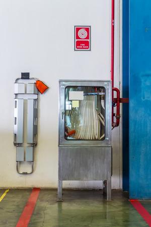 estacion de bomberos: estaci�n de bomberos y camilla Foto de archivo