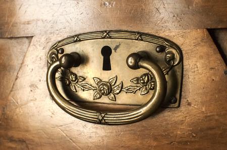 ironmongery: Metal ferreter�a de armario caj�n del antiguo gabinete de madera de cerca
