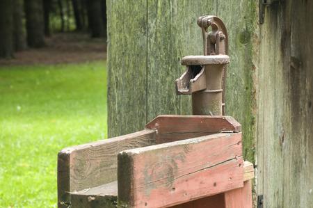 palanca: bomba de agua de la palanca lanzador de prensa de la mano de edad de hierro fundido Foto de archivo