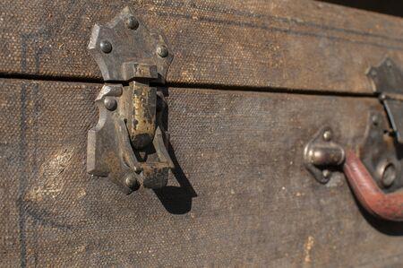 Old weathered retro vintage grunge suitcase handle and metal latch lock closeup Foto de archivo - 129728724